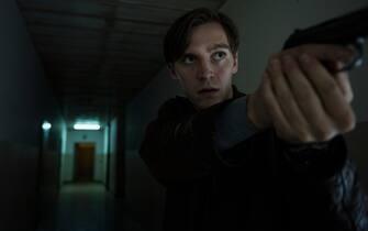 D89_SCENE 7.40 A; INT DAY; Martin (Jonas Nay) verfolgt angeschossene Lenora, Blutspur