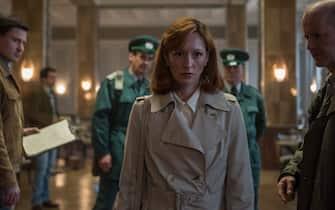 """D89_SCENE 8.26; LEIPZIG; CAFÈ WAFFEN; cont; Brigitte (Lavinia Wilson) sieht den Tatort, die Polizei, die tote Lenora...""""Valdez, du Scheißkerl"""""""