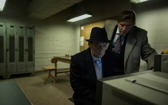 D89_SCENE 8.35; CIA BLACKSITE; BEOBACHTUNGSRAUM TV-Einspiel; Walter (Sylvester Groth) & Tyler Jr. (Michael Davies) sehen auf Video wie Martin die Zelle verlässt. Tyler Jr. ist alarmiert - Sie brechen auf.