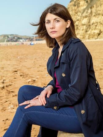 (KIKA) - HOLLYWOOD - Jodie Whittaker sarà la prima interprete donna a vestire i panni di Doctor Who: uno dei personaggi televisivi più longevi della storia del piccolo schermo.Ventitré novembre 1963: bisogna tornare indietro nel tempo di cinquantaquattro anni per incontrare colui che ha fatto esordire â  lâ  alieno preferito del Regno Unitoâ  , come lo ha definito il Daily Telegraph, in televisione. Il primo degli attori che aveva dato il volto al Doctor Who era stato infatti William Hartnell.ECCO TUTTE LE INCARNAZIONI DI DOCTOR WHO DAL '63 A OGGI[galleria]Da allora si sono succeduti numerosi interpreti, fino ad arrivare a oggi, con la Whittaker che sarà la quattordicesima della lista, la tredicesima reincarnazione, nonché la prima donna in assoluto a vestire i panni del Signore del Tempo che esplora l'universo a bordo del Tardis, una macchina capace di viaggiare nello spazio e nel tempo.GUARDA IL VIDEO[video mp4=http://www.kikapress.com/kikavideo/mp4/kikavideo_196134.mp4 id=196134]