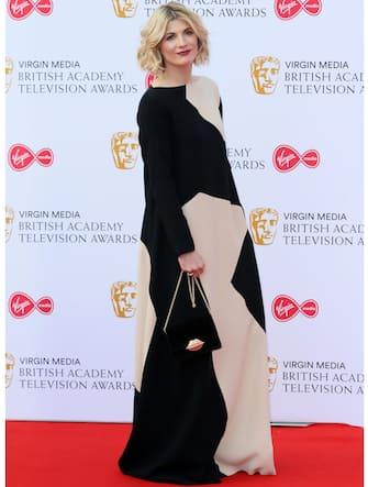 (KIKA) - LONDRA - Phoebe Waller-Bridge a soli 33 anni èl'artista del momento: sceneggiatrice e attrice di successo, ha conquistato il pubblico con la serieFleabag eiVirgin TV British Academy Television Awards 2019 con Killing Eve. Non da ultimo, èstata da poco confermatatra gli scrittori del prossimo James Bond.GUARDA ANCHE:Golden Globe 2019: lo show sopra e sotto il palco[galleria]Ai Bafta per la tv che si sono tenuti al Royal Festival Hall di Londra e sono stati presentatida Graham Norton,Killing Eveè stata la serie più premiata.Il progetto, che vede Phoebe Waller-Bridgenel ruolo di sceneggiatrice, ai Golden Globes aveva già conquistato una nomination come miglior serie drammatica e una statuetta, quella di Sandra Oh come miglior attrice protagonista. La serie britannica, prodotta da BBC America, ha portato a casa tre premi, incluso quello per la miglior serie drammatica,miglior attrice protagonistaJodie Comer e miglior attrice non protagonistaFiona Shaw.Benedict Cumberbatch ha invece vinto il premio come miglior attore perPatrick Melrose, decretata anche miglior miniserie tv dell'anno. Ben Whishaw, inoltre,ha convinto tutti nei panni di Norman Scot inA Very English Scandal.GUARDA ANCHE:A Very English Scandal: Ben Whishaw sul setIl red carpet, sul quale ha sfilato anche Emma Corrin che sarà la giovane Lady Diana in The Crown, è statal'occasione per rivedere insiemePhoebe Waller-Bridgee Andrew Scott, i due protagonisti della seconda stagione di Fleabag che uscirà in Italia il 17 maggio su Amazon Prime Video ma che nel Regno Unito ha già spopolato. La serie, visto l'enorme successo, gareggerà con ogni probabilità alla prossima edizione dei Bafta.[video mp4=https://www.kikapress.com/kikavideo/mp4/kikavideo_199038.mp4 id=199038]