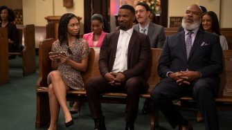 DAD STOP EMBARRASSING ME (L to R) KYLA-DREW as SASHA, PORSCHA COLEMAN as CHELSEA, JAMIE FOXX as BRIAN, JONATHAN KITE as JOHNNY, DAVID ALAN GRIER as POPS, and HEATHER HEMMENS as STACY in episode 104 of DAD STOP EMBARRASSING ME Cr. SAEED ADYANI/NETFLIX © 2020