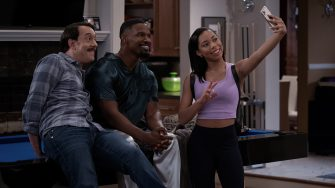 DAD STOP EMBARRASSING ME (L to R) JONATHAN KITE as JOHNNY, JAMIE FOXX as BRIAN, and KYLA-DREW as SASHA in episode 105 of DAD STOP EMBARRASSING ME Cr. SAEED ADYANI/NETFLIX © 2021