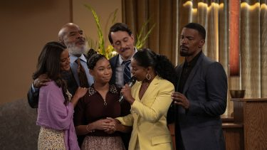 DAD STOP EMBARRASSING ME (L to R) HEATHER HEMMENS as STACY, DAVID ALAN GRIER as POPS, KYLA-DREW as SASHA, JONATHAN KITE as JOHNNY, PORSCHA COLEMAN as CHELSEA, and JAMIE FOXX as BRIAN in episode 104 of DAD STOP EMBARRASSING ME Cr. SAEED ADYANI/NETFLIX © 2021