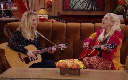 """Friends, la reunion, Lady Gaga e Lisa Kudrow cantano """"Gatto rognoso"""""""