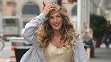 Sarah Jessica Parker Wears A Vintage Claude Montana Linen Jumpsuit From Replika Vintage On The Set Of 'And Just Like That' In New York CityPictured: Sarah Jessica ParkerRef: SPL5238939 140721 NON-EXCLUSIVEPicture by: Christopher Peterson / SplashNews.comSplash News and PicturesUSA: +1 310-525-5808London: +44 (0)20 8126 1009Berlin: +49 175 3764 166photodesk@splashnews.comWorld Rights,