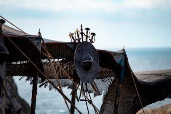 [galleria](KIKA) - KYNANCE COVE, CORNOVAGLIA - Gli appassionati fan del Trono di Spade aspettano trepidanti da anni ma il prequel della loro serie preferita sta per diventare realtà. La Cornovaglia ospiterà gli eventi narrati in House of the dragon, che hanno luogo 300 anni prima degli eventi narrati nella popolarissima serie HBO.LEGGI ANCHE:La nuova Maisie Williams del Trono di Spade: irriconoscibile!Il pittoresco paesino di Kynance Cove, lungo le coste della Cornovaglia, è il luogo scelto per le riprese: gli abitanti della zona hanno già visto stoccati abiti e oggetti di scena, dalle lance alle spade alle tavole e alle armi di legno, così come sono stati testimoni dei movimenti della troupe. Comincia finalmente il countdown finale verso l'inizio delle riprese.[video mp4=https://www.kikapress.com/kikavideo/mp4/kikavideo_300748.mp4 id=300748]