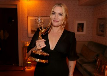 """Emmy 2021, Kate Winslet: """"Un premio per tutte le donne, fiera di voi"""""""