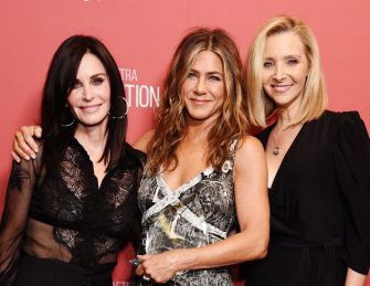 BEVERLY HILLS, CALIFORNIA - NOVEMBER 07: (L-R) Courteney Cox, winner of the 'Artists Inspiration Award' Jennifer Aniston and Lisa Kudrow attend SAG-AFTRA Foundation's 4th Annual Patron of the Artists Awards at Wallis Annenberg Center for the Performing Arts on November 07, 2019 in Beverly Hills, California. (Photo by Gregg DeGuire/Getty Images for SAG-AFTRA Foundation)