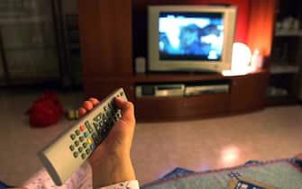 DONNA GUARDA LA TELEVISIONE, TELECOMANDO, TELEVISORE (MILANO - 2006-04-24, Alberto Cattaneo) p.s. la foto e' utilizzabile nel rispetto del contesto in cui e' stata scattata, e senza intento diffamatorio del decoro delle persone rappresentate