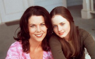 """NO CREDIT. 23629-3. USA, 2001. Warner Bros new TV Show """"Gilmore Girls"""" Pictured : (l to r) : Lauren Graham (Lorelei Gilmore) and Alexis Bledel (Rory Gilmore)"""