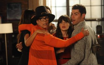 """NEW GIRL:   The gang joins Jess (Zooey Deschanel, C) for a group hug when her mom (guest star Jamie Lee Curtis, L) arrives for a visit in the """"Parents"""" episode of NEW GIRL airing Tuesday, Nov. 20 (9:00-9:30 PM ET/PT) on FOX.  Also pictured:  Max Greenfield (R).  ©2012 Fox Broadcasting Co.  Cr:  Ray Mickshaw/FOX"""