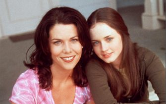 """NO CREDIT. 23629-3. USA, 2001. Warner Bros new TV Show """"Gilmore Girls""""Pictured : (l to r) : Lauren Graham (Lorelei Gilmore) and Alexis Bledel (Rory Gilmore)"""