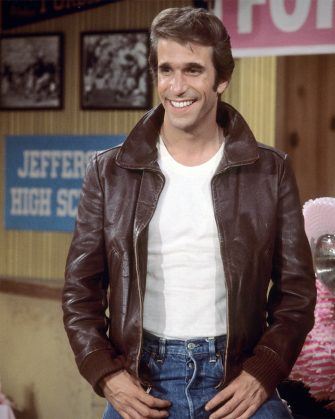 Henry Winkler, US actor, wearing a brown leather jacket and white t-shirt in a publicity still issued for the US television series, 'Happy Days', USA, circa 1977. The sitcom starred Winkler as 'Arthur Fonzarelli', popularly known as 'The Fonz. (Photo by Silver Screen Collection/Getty Images)