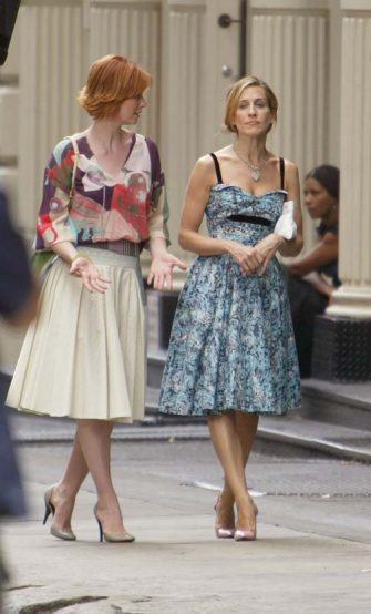 "NEW YORK - JULY 29:  Actress Sarah Jessica Parker (R) and actress Cynthia Nixon walk on the set of the hit HBO series ""Sex and the City"" July 29, 2003 in SoHo, New York City.  (Photo by Mark Mainz/Getty Images)"