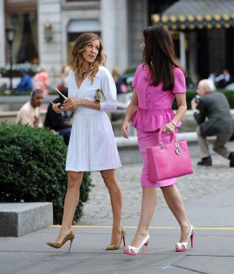 "NEW YORK - SEPTEMBER 08:  Sarah Jessica Parker and Kristin Davis filming  on location for ""Sex And The City 2"" on the Streets of Manhattan on September 8, 2009 in New York City.  (Photo by James Devaney/WireImage)"