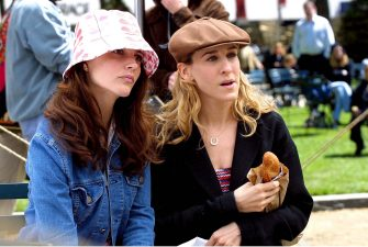 "Kristin Davis and Sarah Jessica Parker during Kristin Davis and Sarah Jessica Parker on Location For ""Sex and the City"" on May 08, 2001 at Central Park in New York City, New York, United States. (Photo by Tom Kingston/WireImage)"