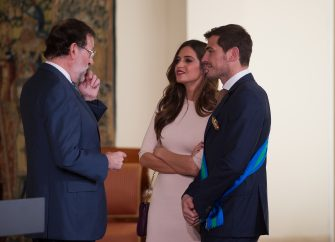 MADRID, SPAIN - NOVEMBER 10:  Spanish Prime Minister Mariano Rajoy chats with Porto goalkeeper Iker Casillas and girlfriend Sara Carbonero after awarding Casillas with the 'Gran Cruz de la Orden al Merito Deportivo' award (Sport Merit Royal Order Award) at the Moncloa palace on November 10, 2015 in Madrid, Spain.  (Photo by Denis Doyle/Getty Images)