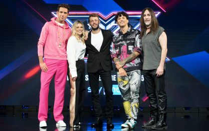 X Factor 2021, Ludovico Tersigni e i 4 giudici pronti a partire. FOTO