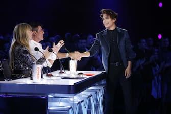 "AMERICA'S GOT TALENT: THE CHAMPIONS -- ""The Champions Finale Results"" Episode 207 -- Pictured: (l-r) Heidi Klum, Simon Cowell, Shin Lim -- (Photo by: Trae Patton/NBC)"