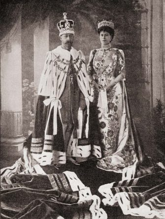 T0HB9X King George V and Queen Mary tate robes after coronation ceremony 1911