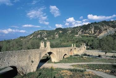 UNSPECIFIED - JULY 23:  Bridge across a river, Devil's Bridge, Bobbio, Emilia-Romagna, Italy  (Photo by DEA / S. AMANTINI/De Agostini via Getty Images)