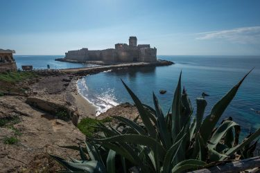 LE CASTELLA, ISOLA CAPO RIZZUTO, CALABRIA, ITALY - 2017/11/23: A view of the Aragonese Castle of Le Castella, in Calabria, southern Italy. An important tourist destination of Calabria visited every year by thousands of people. (Photo by Alfonso Di Vincenzo/KONTROLAB /LightRocket via Getty Images)