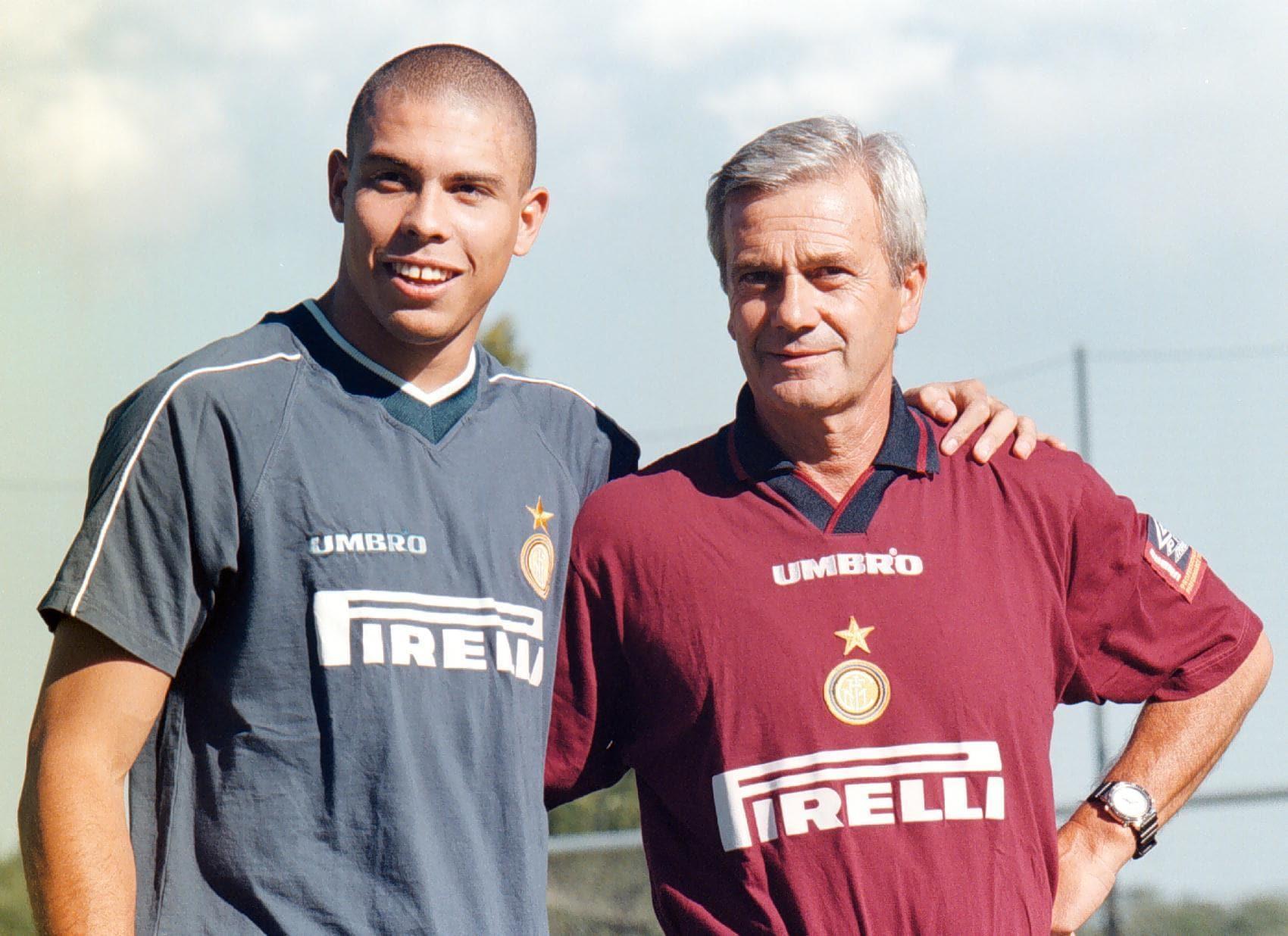 Ronaldo (S) posa con Gigi Simoni al termine del suo primo allenamento con l'Inter, in una immagine del 26 luglio 1997. ANSA/PINO FARINACCI