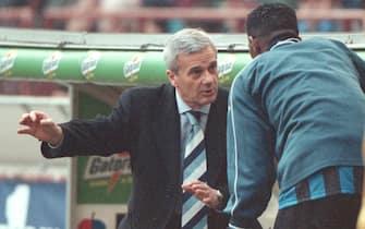 L'allenatore dell'Inter Gigi Simoni impartisce le ultime direttive al nigeriano Kanu prima del suo ingresso in campo contro il Lecce, in una immagine del 15 febbraio 1998. ANSA/DANIEL DAL ZENNARO