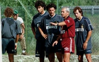 L'allenatore dell'Inter Gigi Simoni durante l'allenamento con Fabio Galante, Luigi Sartor e Benoit Cauet, in una immagine del 14 luglio 1997. ANSA/CARLO FERRARO