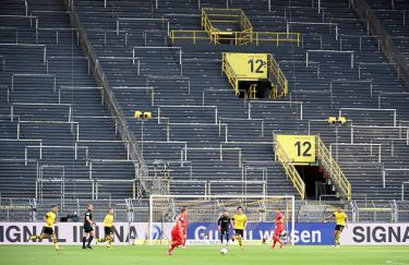 epa08445348 Joshua Kimmich (C-L) and Dortmund's Mats Hummels (C-R) in action during the German Bundesliga soccer match between Borussia Dortmund and FC Bayern Munich at Signal Iduna Park in Dortmund, Germany, 26 May 2020.  EPA/Federico Gambarini / POOL DFL regulations prohibit any use of photographs as image sequences and/or quasi-video.
