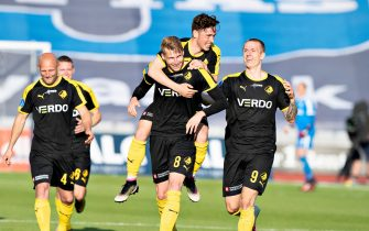 Randers FC's Simon Piesinger celebrates scoring the opening goal with his teammates during the 3F Super League football match between AGF and Randers FC at Ceres Park in Aarhus, Denmark, on May 28, 2020, as the season resumed following a two-month absence due to the novel coronavirus COVID-19 pandemic. (Photo by Henning Bagger / Ritzau Scanpix / AFP) / Denmark OUT (Photo by HENNING BAGGER/Ritzau Scanpix/AFP via Getty Images)