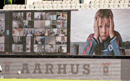 Aarhus, tifosi allo stadio con Zoom: volti proiettati in tribuna. FOTO