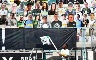 epa08456327 Moenchengladbach's Marcus Thuram celebrates in front of cardboards with photographs of Gladbach fans on the stands after winning the German Bundesliga soccer match between Borussia Moenchengladbach and Union Berlin in Moenchengladbach, Germany, 31 May 2020.  EPA/MARTIN MEISSNER / POOL CONDITIONS - ATTENTION: The DFL regulations prohibit any use of photographs as image sequences and/or quasi-video.