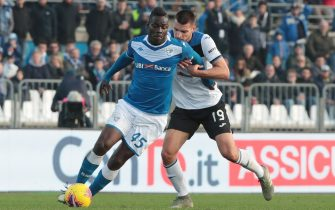 Brescia's Mario Balotelli (L) and Atalanta's Berat Djmsiti, in action during the Italian Serie A soccer match Brescia Calcio vs Atalanta B.C. , at Mario Rigamonti stadium in Brescia, Italy, 30 november 2019.  ANSA/FILIPPO VENEZIA