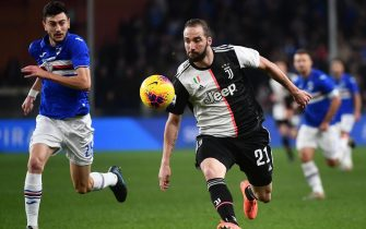 epa08080304 Sampdoria's Alex Ferrari (L) and Juventus' Gonzalo Higuain (R) in action during the Italian Serie A soccer match UC Sampdoria vs Juventus FC at Luigi Ferraris stadium in Genoa, Italy, 18 December 2019.  EPA/LUCA ZENNARO