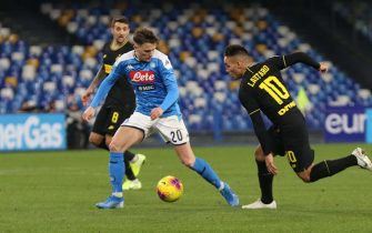 Napoli's midfielder Piotr Zielinski (L) and Inter's forward Lautaro Martínez (R) during Italian Serie A soccer match between SSc Napoli and FC Inter Milano at the San Paolo stadium in Naples, 6 January 2020. ANSA / CESARE ABBATE