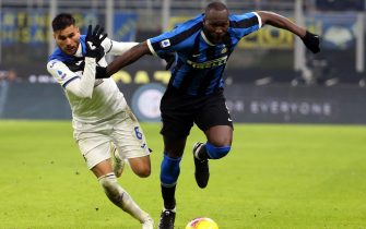 epa08120683 Atalanta's Jose Luis Palomino (L) challenges for the ball with Inter Milan's Romelu Lukaku during the Italian Serie A soccer match  Fc Inter vs Atalanta Bc  at Giuseppe Meazza stadium in Milan, Italy, 11 January 2020.  EPA/MATTEO BAZZI