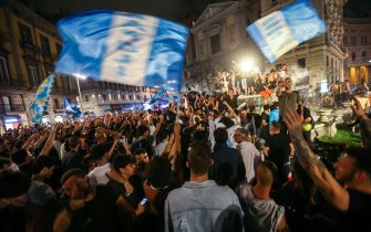 Napoli's supporters celebrate in downtown Naples after Napoli won the TIM Italian Cup (Coppa Italia) final football match Napoli vs Juventus on June 17, 2020, played at the Olympic stadium in Rome behind closed doors as the country gradually eases the lockdown aimed at curbing the spread of the COVID-19 infection, caused by the novel coronavirus. (Photo by Carlo Hermann / AFP) (Photo by CARLO HERMANN/AFP via Getty Images)