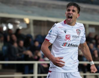 BERGAMO, ITALY - NOVEMBER 03:  Giovanni Simeone of Cagliari Calcio celebrates after his team-mate Christian Oliva scored during the Serie A match between Atalanta BC and Cagliari Calcio at Gewiss Stadium on November 3, 2019 in Bergamo, Italy.  (Photo by Emilio Andreoli/Getty Images)