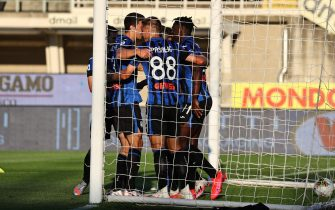 Atalanta's Duvan Zapatacelebrates with his teammates after scoring the 2-0 goal during the Italian Serie A soccer match Atalanta BC vs Sassuolo at the Gewiss Stadium in Bergamo, Italy, 21 July 2020. ANSA/PAOLO MAGNI