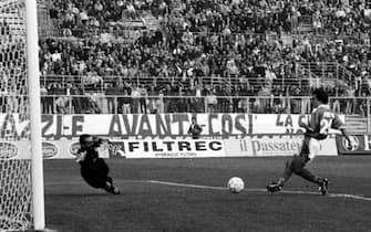 Il centrocampista del Brescia, Andrea Pirlo (D), segna il goal contro il Vicenza, in una immagine del 19 ottobre 1997. ANSA/ALABISO