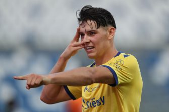 REGGIO NELL'EMILIA, ITALY - JUNE 28: Mariusz Stepinski of Hellas Verona FC celebrates after scoring a goal during the Serie A match between US Sassuolo and  Hellas Verona at Mapei Stadium - Città  del Tricolore on June 28, 2020 in Reggio nell'Emilia, Italy  (Photo by Gabriele Maltinti/Getty Images)