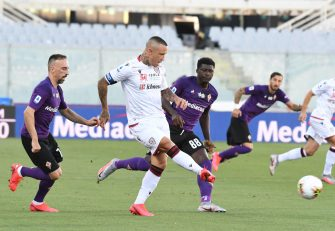 Cagliari's Radja Nainggolan (C) vies for the ball with Fiorentina's Franck Ribéry (L) during the Italian Serie A soccer match between ACF Fiorentina and Cagliari Calcio at the Artemio Franchi stadium in Florence, Italy, 8 July 2020ANSA/CLAUDIO GIOVANNINI