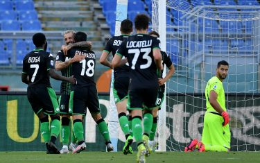 ROME, ITALY - JULY 11: Giacomo Raspadori of US Sassuolo celebrate a frist goal with his team mates during the Serie A match between SS Lazio and  US Sassuolo at Stadio Olimpico on July 11, 2020 in Rome, Italy. (Photo by Marco Rosi - SS Lazio/Getty Images)
