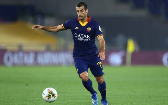 ROME, ITALY - JULY 15: (BILD ZEITUNG OUT) Henrikh Mkhitaryan of AS Roma controls the ball during the Serie A match between AS Roma and Hellas Verona at Stadio Olimpico on July 15, 2020 in Rome, Italy. (Photo by Matteo Ciambelli/DeFodi Images via Getty Images)