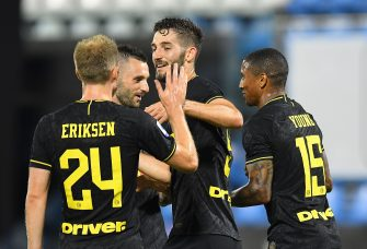 FERRARA, ITALY - JULY 16: Roberto Gagliardini of FC Internazionale  celebrates after scoring his team's fourth goal during the Serie A match between SPAL and FC Internazionale at Stadio Paolo Mazza on July 16, 2020 in Ferrara, Italy.  (Photo by Alessandro Sabattini/Getty Images)