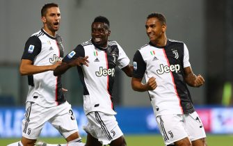 REGGIO NELL'EMILIA, ITALY - JULY 15:  Danilo (R) of Juventus FC celebrates after scoring the opening goal with his team-mates Blaise Matuidi (C) and Rodrigo Betancur (L) during the Serie A match between US Sassuolo and Juventus at Mapei Stadium - Citta del Tricolore on July 15, 2020 in Reggio nell'Emilia, Italy.  (Photo by Marco Luzzani/Getty Images)
