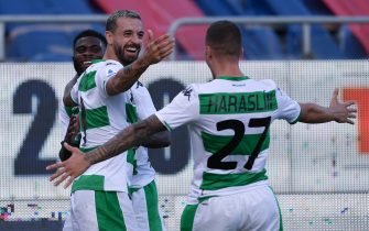 CAGLIARI, ITALY - JULY 18: Francesco Caputo of US Sassuolo Calcio celebrates with teammates after scoring the 0-1 goal during the Serie A match between Cagliari Calcio and  US Sassuolo at Sardegna Arena on July 18, 2020 in Cagliari, Italy. (Photo by Emanuele Perrone/Getty Images)