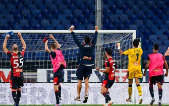 GENOA, ITALY - JULY 22: Genoa players celebrate in front of empty stands after the Serie A match between UC Sampdoria and Genoa CFC at Stadio Luigi Ferraris on July 22, 2020 in Genoa, Italy. (Photo by Paolo Rattini/Getty Images)